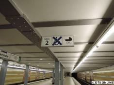 Die Schilder für den barrierefreien Einstieg und neue Gleis-Schilder sind angebracht worden.