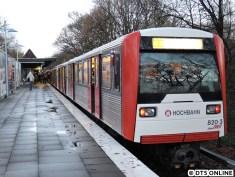 Am Freitag war der U1-Betrieb höchst instabil: Ein Baum kippte am Vormittag um, durch das Wetter geriet vieles aus dem Plan. Hier ein U3-Sechswagenzug DT3 in Fuhlsbüttel Nord, die Züge fuhren zu der Zeit etwa eine Viertelstunde verspätet.