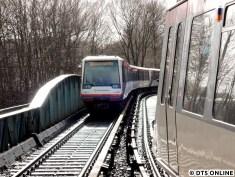 Am 2. März erreicht DT4 140 mit seinen verschiedenen Innenraumdesigns in Kürze die Haltestelle Ohlsdorf. Der Zug ist ein wenig spät dran, sodass der Zug nach Ohlstedt bereits ausfährt.
