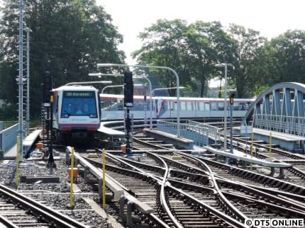 """DT4 sieht man in Barmbek häufiger mal, allerdings höchstens mit """"Bitte nicht einsteigen"""" oder """"Fahrschule"""" beschildert. Aus welchen Gründen auch immer zeigte dieser Zug in der Kehre """"U3 Barmbek"""" an, gegen einen tatsächlichen Einsatz spricht die Tatsache, dass es gleich acht Wagen (218/146) waren. Der Zug stand länger dort und hielt gewissermaßen den Kehrbetrieb auf, wohin die Reise ging, blieb dem Autor unbekannt, da er weiter musste."""