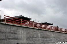 Oben zu sehen ist bereits eine Bahnsteigbrücke (bzw ihre beiden Bahnsteige
