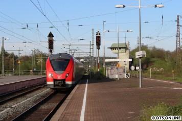 """Im Vergleich dazu die moderne S-Bahn vom Typ Alstom Coradia Continental, Baureihe 1440 in Vohwinkel. Umgangssprachlich wird der Zug in der Szene als """"Grinsekatze"""" bezeichnet, passt irgendwie auch ein wenig..."""