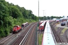 Gravita mit DT5 passiert das S-Bahn-Werk wo allerlei verschiedene Baureihen zu sehen sind, so zum Beispiel die Werkslok 218 474.