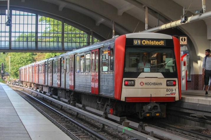 Nachdem der Zug aufgerüstet wurde. Der Sechswagenzug in der Bahnsteighalle Volksdorf. Im letzten Jahr wurde hier die Beleuchtung erneuert.