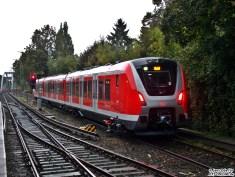 Der Zug fährt auf Gleis 1