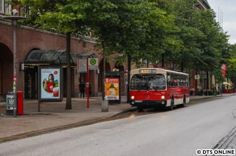 """""""Weiter oben"""" auf der Mönckebergstraße. Wagen 8433 ist der Pendant zum Wagen 6416 des HOV und ebenfalls ein 1984 gebauter O 305."""