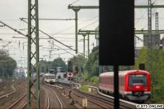 Nach dem Schienenbus der AKN kam es zu einem kleinen Zugstau, sodass der eben gezeigte 472er und die folgende S3 sich dicht hintereinander befinden. Im anderen Gleis verlässt gerade der Traditionszug den Bahnhof Eidelstedt. Ein Treffen der drei aktuell zugelassenen Baureihen...