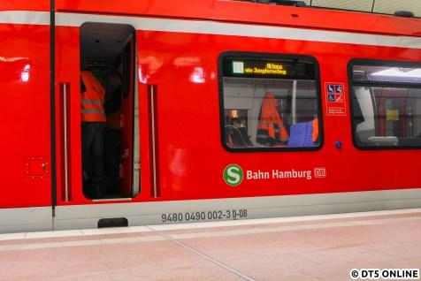 """Ein nicht ganz so guter Schuss auf die Seite zeigt die neuen LED-Seitenanzeigen. S1 Altona via Jungfernstieg: Hier gibt es noch Optimierungsbedarf. Wieso ist Altona zentriert, aber """"via Jungfernstieg"""" nicht? Und wieso steht nicht immer via Jungfernstieg/Dammtor dran? Am Vortag stand am Berliner Tor in groß seitlich S21 Elbgaustraße."""