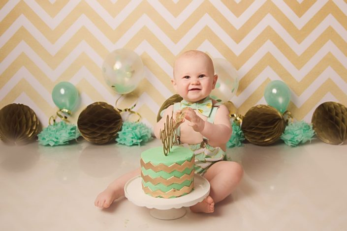 1st birthday cake smash glasgow - baby boy clapping hands