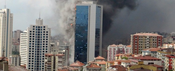 Hubschrauber bekämpfen Feuer in Istanbuler Hochhaus