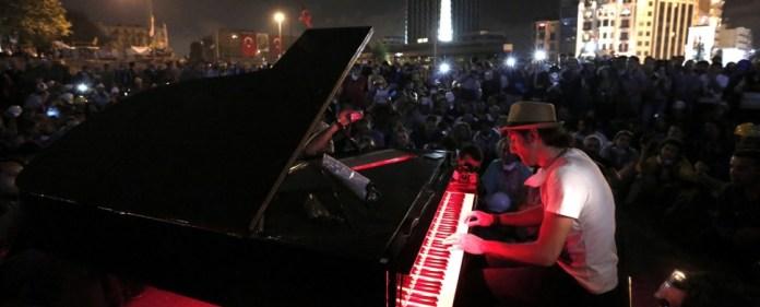 Konstanzer Pianist spielt am Taksim-Platz