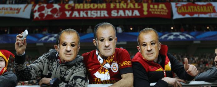 Galatasaray-Anhänger tragen eine Terim-Maske. Der türkische Rekordmeister hat es in der Champions-League-Vorrunde mit schweren Gegnern zu tun.