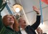 Die Spitzenkandidatin von Bündnis90/Die Grünen für die Landtagswahl 2013 in Bayern, Margarete Bause, und der Münchner Oberbürgermeister Christian Ude (SPD) stehen am 01.09.2013 in der Ortschaft Grassbrunn bei München (Bayern) während einer gemeinsamen Wahlkampfveranstaltung im Festzelt Keferloh zusammen