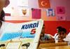 Schüler in einer türkischen Schule in Batman halten ein Kurdisch - Lehrbuch hoch.