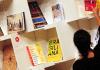 Eine Frau sortiert auf der Buchmesse in Frankfurt am Main am 08.10.2013 Bücher in einem Regal im Pavillon des Gastlandes Brasilien. Die weltweit größte Messe ihrer Art dauert noch bis zum 13. September.