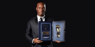 """Galatasarays Stümerstar Didier Drogba posiert mit dem """"Golden Foot"""", der ihm von Fürst Albert II. in Monaco übergeben wurde."""