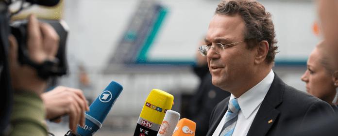 Der amtierende Innenminister Hans-Peter Friedrich (CSU) kommt am 13.11.2013 zu einer weiteren Runde der Koalitionsverhandlungen in das Konrad-Adenauer-Haus in Berlin - dpa