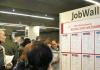 """Nach der Eröffnung der Arbeitsmarktmesse """"Jobaktiv"""" am 16.10.2013 in Rostock (Mecklenburg-Vorpommern) schauen sich Besucher in der Stadthalle um - dpa"""