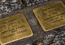 Zwei in den Bürgersteig eingelassene Stolpersteine. Sie sollen an die Menschen erinnern, die in die Konzentrationslager der Nationalsozialisten deportiert und dort getötet wurden. Quelle: Reuters