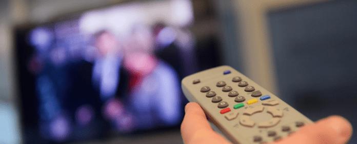 Eine Fernbedienung wird am 09.01.2012 in Düsseldorf (Nordrhein-Westfalen) in Richtung eines Fernsehers gehalten. Die Mehrheit der Fernsehzuschauer in Deutschland will an den Weihnachtstagen keine Gewalt auf der Mattscheibe sehen - dpa