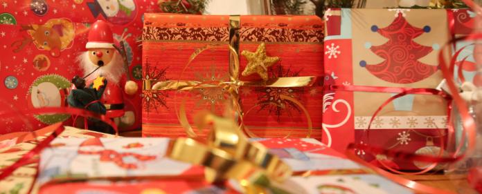 Weihnachtsgeschenke liegen am 24.12.2013 unter einem Weihnachtsbaum in Hamburg. Jedes Jahr freuen sich vor allem Kinder auf die Bescherung an Heiligabend.