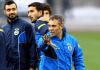 Ersun Yanal mit einigen Spielern seiner Mannschaft, unter anderem Mehmet Topal - zaman