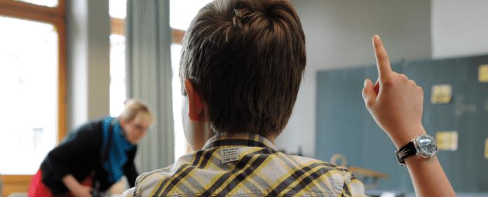 Ein Schüler der 5.Klasse meldet sich am 26.04.2013 in Laichingen (Baden-Württemberg) am Albert-Schweitzer-Gymnasium im Englischunterricht.