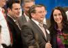Yasmin Fahimi (2.v.r.) wird am 26.01.2014 während des SPD-Sonderparteitages in Berlin nach ihrer Wahl zur Generalsekretärin der SPD von Parteikollegen beglückwünscht.