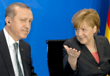 Der türkische Ministerpräsident Recep Tayyip Erdogan und Bundeskanzlerin Angela Merkel (CDU) geben am 04.02.2014 in Berlin eine Gemeinsame Pressekonferenz. Merkel bleibt trotz der Forderung Ankaras nach mehr Unterstützung bei ihrer Zurückhaltung gegenüber einer raschen EU-Vollmitgliedschaft der Türkei.