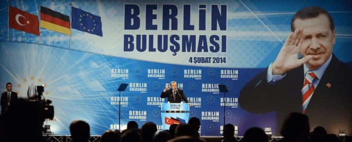 Der türkische Ministerpräsident Recep Tayyip Erdogan spricht am 04.02.2014 im Tempodrom in Berlin zu Mitgliedern der Türkischen Gemeinde.