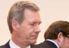 Ex-Bundespräsident Christian Wulff (l) und der Mitangeklagte David Groenewold stehen am 06.02.2014 im Landgericht in Hannover (Niedersachsen).