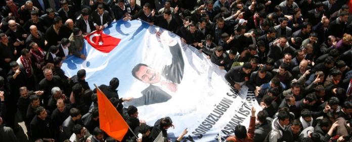 Eine Szene von der Beerdigung des türkischen Politikers Muhsin Yazicioglu, der 2009 bei einem Hubschrauberabsturz ums Leben kam.