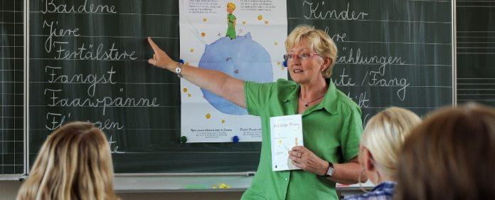 Lehrerin Johanna Evers unterrichtet am 19.08.2009 in der Saterland-Schule in Ramsloh (Kreis Cloppenburg, Niedersachsen) das Wahlfach «Saterfriesisch» und erläutert gerade einige Vokabeln aus der Übersetzung des Kinderbuches «Der Kleine Prinz» auf Saterfriesisch.
