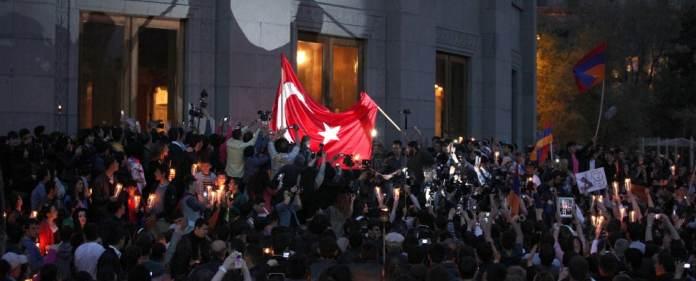 Die türkische Flagge in Armenien kurz vor der Verbrennung.