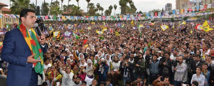 Die Kommunalwahlen in der Türkei kannten neben Erdoğans AKP einen zweiten Sieger: Die pro-kurdische BDP. Sie tritt zwar prozentual auf der Stelle, konnte aber zusätzliche Rathäuser erobern. Daraus leitet sie nun Autonomieansprüche ab.