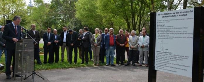 Der Mannheimer OB Peter Kurz weiht das neue islamische Gräberfeld auf dem Hauptfriedhof der Stadt ein.