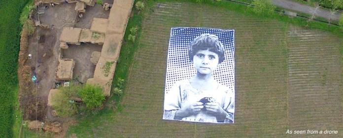 In Pakistan haben Künstler mit überdimensionalen Großplakaten mit Kinderportraits eine Friedensaktion gestartet. Die Zielgruppe: US-Drohnen-Piloten.