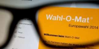 Auf einem Monitor in Dresden (Sachsen) ist am 29.04.2014 die Startseite des Wahl-O-Mat zur Europawahl 2014 durch eine Lesebrille zu sehen.