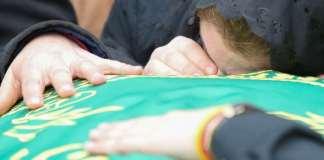 Angehörige und Freunde des vor einer Woche in den USA erschossenen Gastschülers Diren aus Hamburg trauern am 04.05.2014 bei einer Trauerfeier in Hamburg am Sarg mit dem Leichnam des Austauschschülers. Diren war vor einer Woche in Missoula im US-Bundesstaat Montana in der Garage eines Fremden erschossen worden.