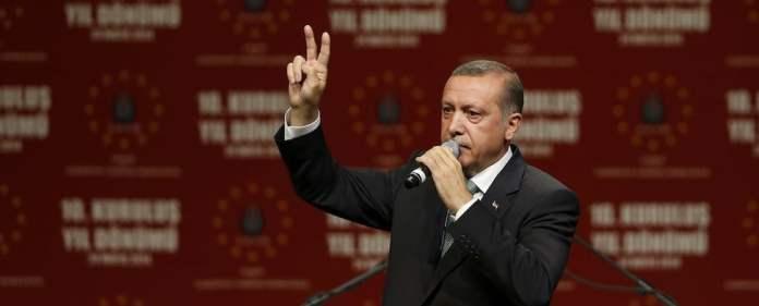 Erdoğan in Köln: Während 50.000 Gegendemonstranten gegen ihn protestieren, lassen in der Lanxess Arena 15.000 seiner Anhänger ihren Emotionen freien Lauf.
