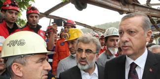 Der türkische Premierminister Erdogan besuchte zusammen mit dem Energieminister Taner Yildiz die Zeche Soma einen Tag nach dem schweren Unglück.