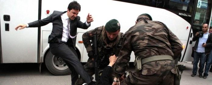 Ein Berater des türkischen Ministerpräsidenten Erdoğan hat sich für Tritte auf einen am Boden liegenden Demonstranten in Soma entschuldigt. Der Vorfall hatte zuvor für großen Unmut in der Türkei gesorgt.