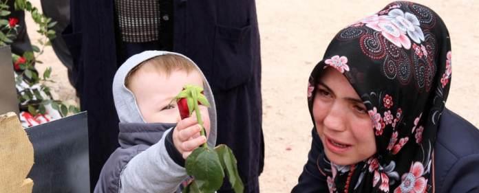 Eine Frau trauert in Soma um ihren verstorbenen Mann.