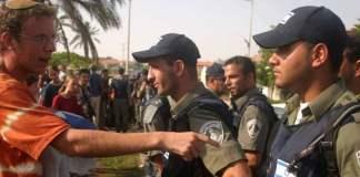 Ein israelischer Siedler beschwert sich bei israelischen Polizisten.