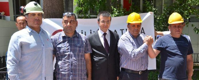 Zwei Chilenen, die den weltweit beachteten Minenunfall in Copiapo vor vier Jahren erlebt hatten, haben den Friedhof im westtürkischen Bezirk Soma besucht.