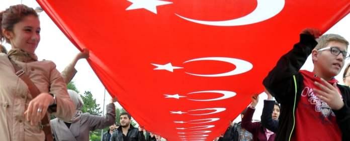 Türkische Bürger protestieren gegen die Entfernung der Nationalflagge in Diyarbakir.