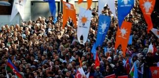 Eine Menschenmenge auf einer AKP-Wahlkampfveranstaltung in der Türkei.