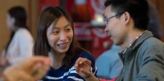 Yumei Dong (l) und Qingwei Zhang, beide Studierende aus China an der Uni Bonn, unterhalten sich am 10.07.2014 in der Mensa der Universität in Bonn (Nordrhein-Westfalen). Chinesen bilden mittlerweile die größte Gruppe der ausländischen Studierenden in Deutschland.