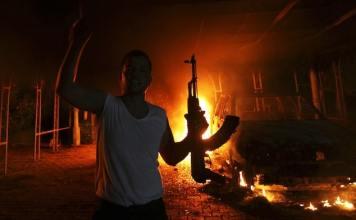 In der Hauptstadt kämpfen ehemalige Revolutionsbrigaden und Regierungstruppen um strategische Punkte, im Osten führt ein abtrünniger General einen Feldzug gegen Extremisten. Libyen versinkt im Chaos.