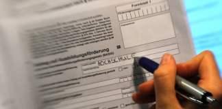 Eine Frau füllt am 06.10.2010 in Hamburg einen Antrag auf Ausbildungsförderung (Bafög) aus.